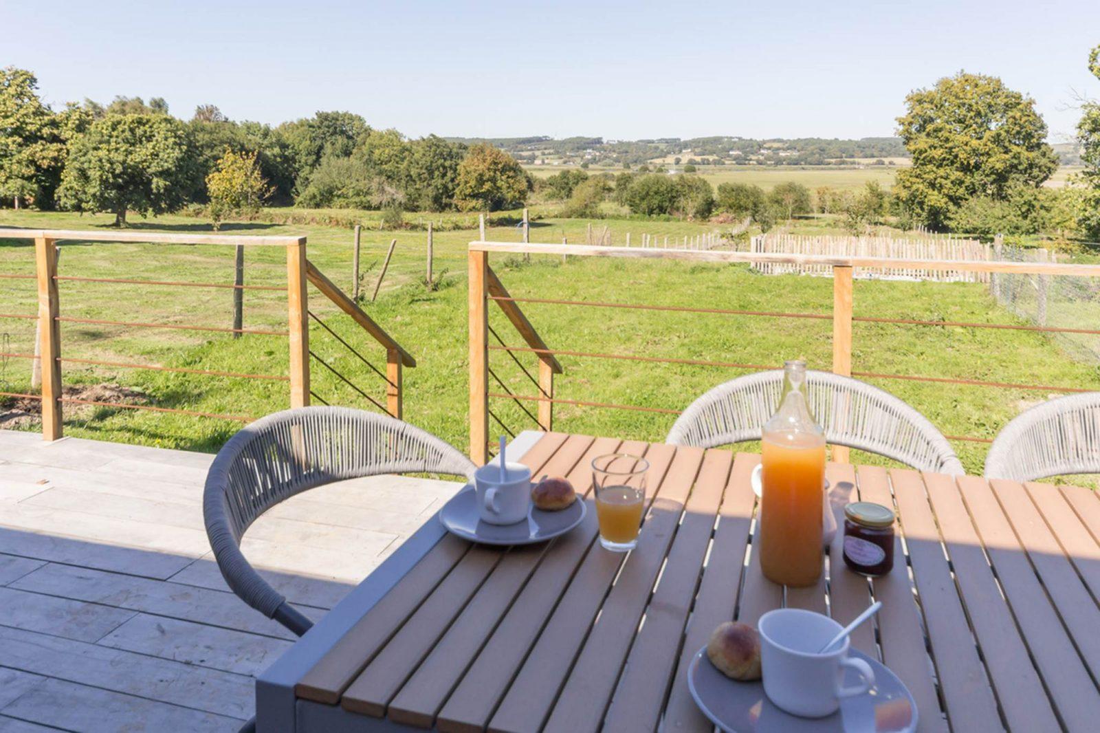petite pause sur la terrasse Au Val de Vilaine – St Dolay – Tourisme Arc Sud Bretagne