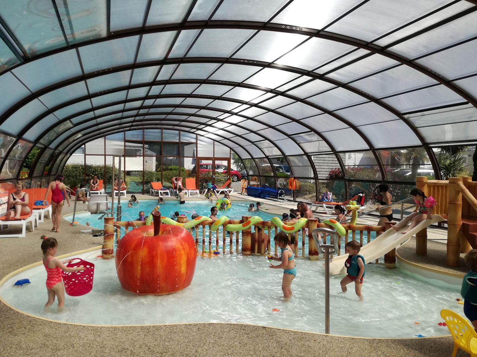 Piscine chauffé et couverte – bassin enfants à Ambon dans le Morbihan. Camping Parc Les Goélands *** à 300 mètres de la mer