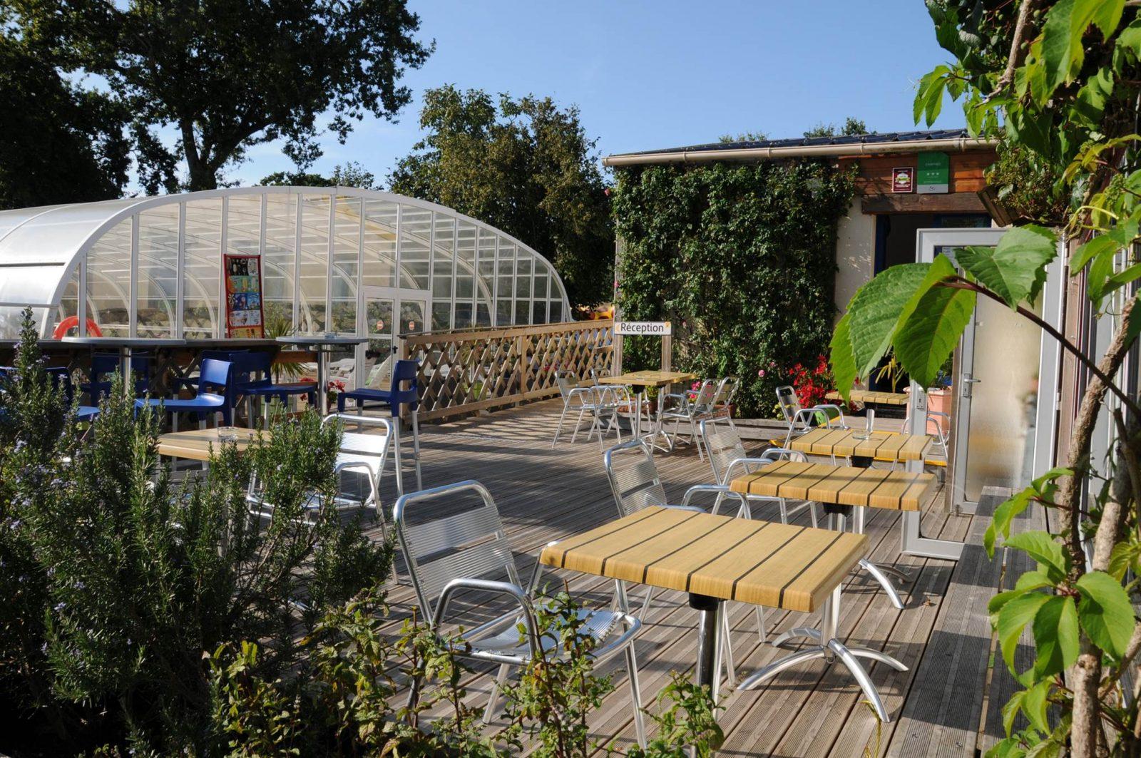 Vue de l'accueil, piscine et terrasse du snack