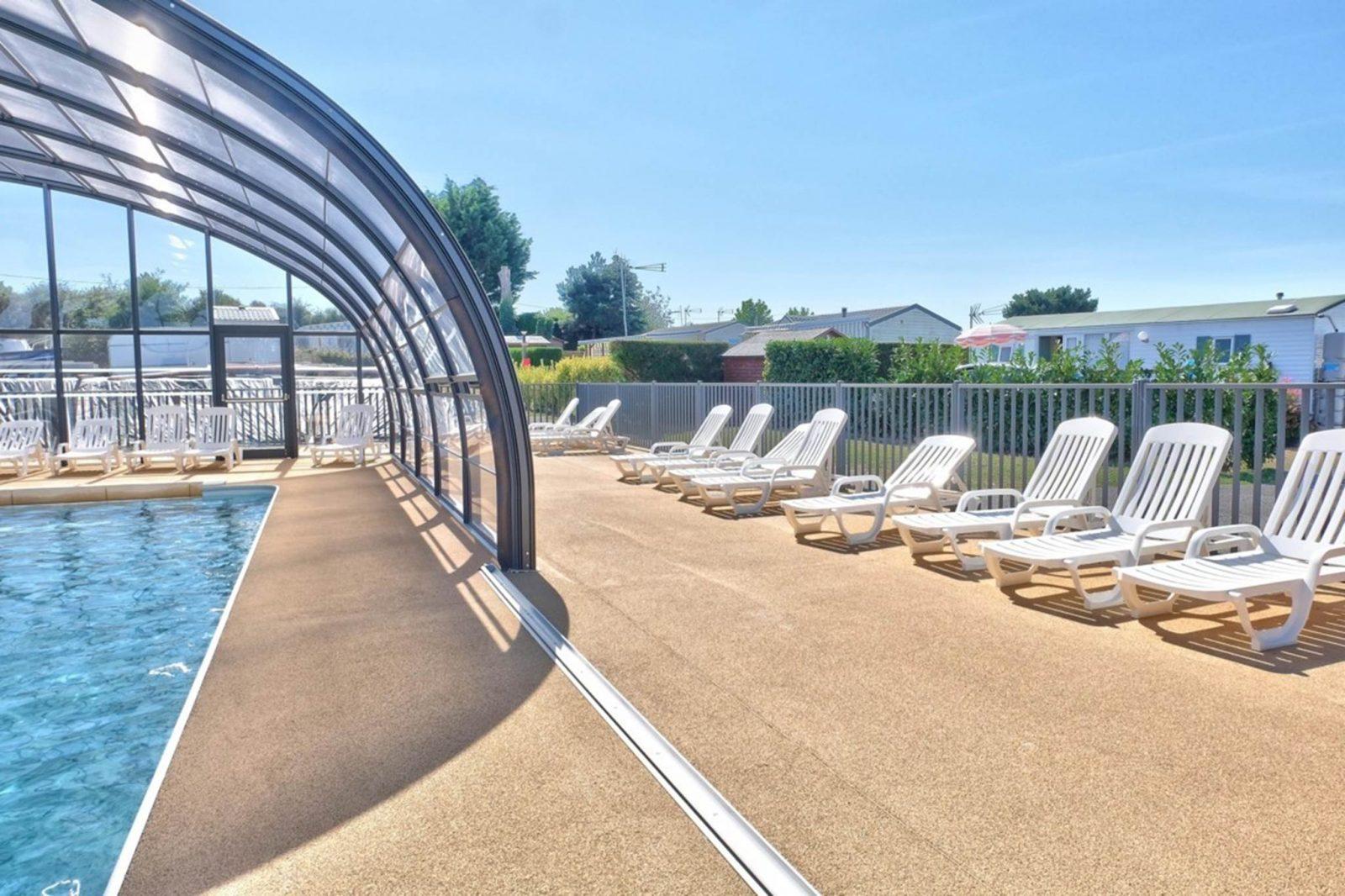 espace extérieur piscine couverte